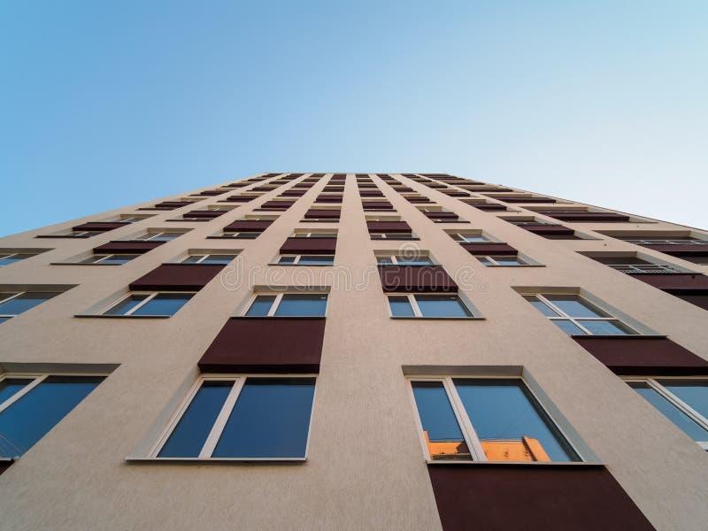 Wolkenkratzeraufstiegsansicht in Morgenlicht lizenzfreies stockbild