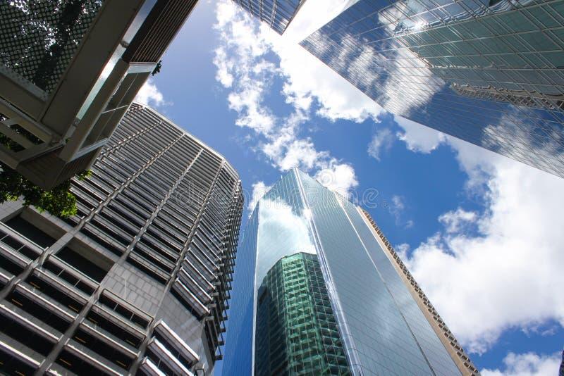 Wolkenkratzern mit Himmel und Wolken oben betrachten reflektierte sich in ihnen lizenzfreie stockfotografie