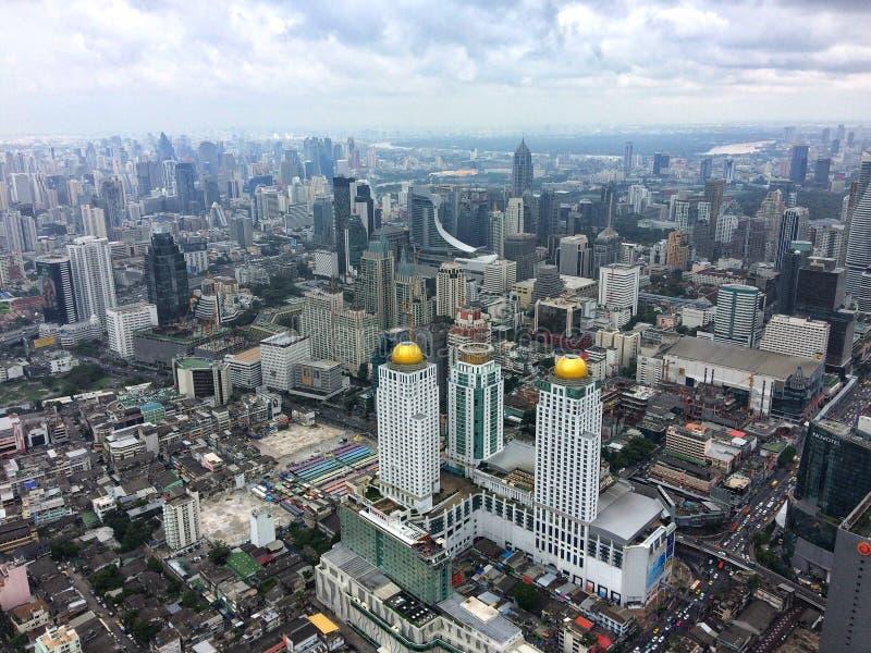 Wolkenkratzerreichweite für den Himmel lizenzfreie stockfotografie