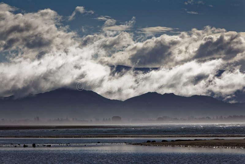 Wolkenlagen op heuvels stock foto