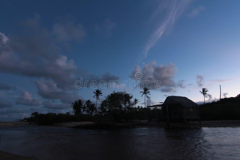 Wolkennächtlicher himmel über dem See stockfoto