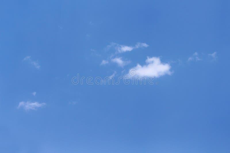 Wolkenpatronen met winderig op duidelijke blauwe hemelachtergrond stock fotografie