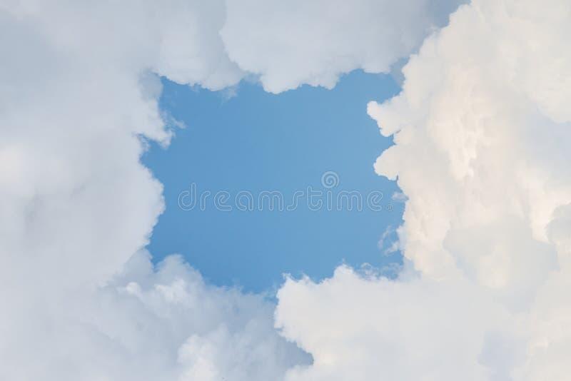 Wolkenrahmen mit blauem Himmel Eingang zum Himmel lizenzfreies stockbild