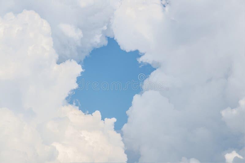 Wolkenrahmen mit blauem Himmel Eingang zum Himmel lizenzfreie stockfotos