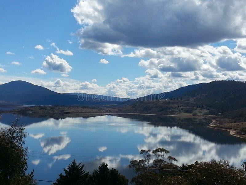 Wolkenreflexion im See stockbilder