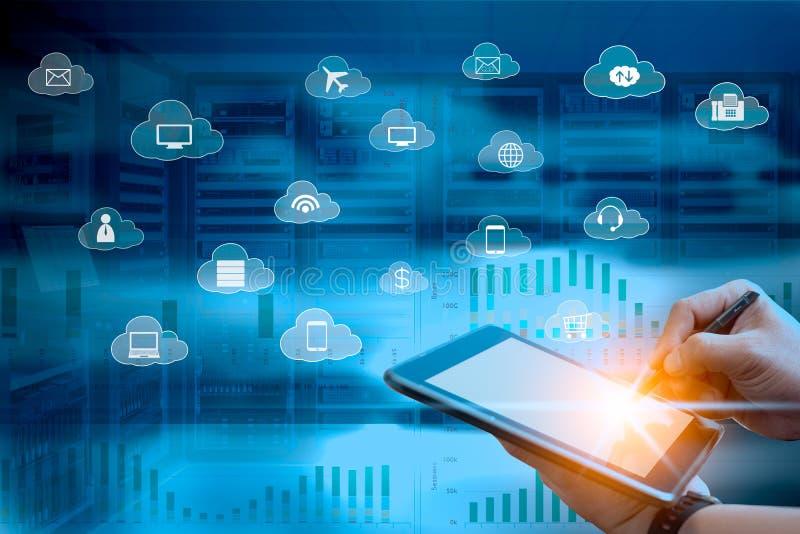 Wolkenservice-Konzept des Geschäftsmannes unter Verwendung des Tablet-Computers mit Fliegenikonendienstleistungen lizenzfreie stockfotografie