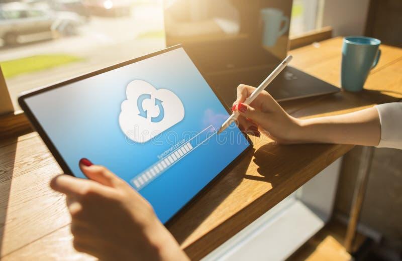 Wolkensynchronisierungs-Fortschrittsstange auf Tablettenschirm Datenspeicherung und Schutz Technologie und Internet-Konzept stockfoto