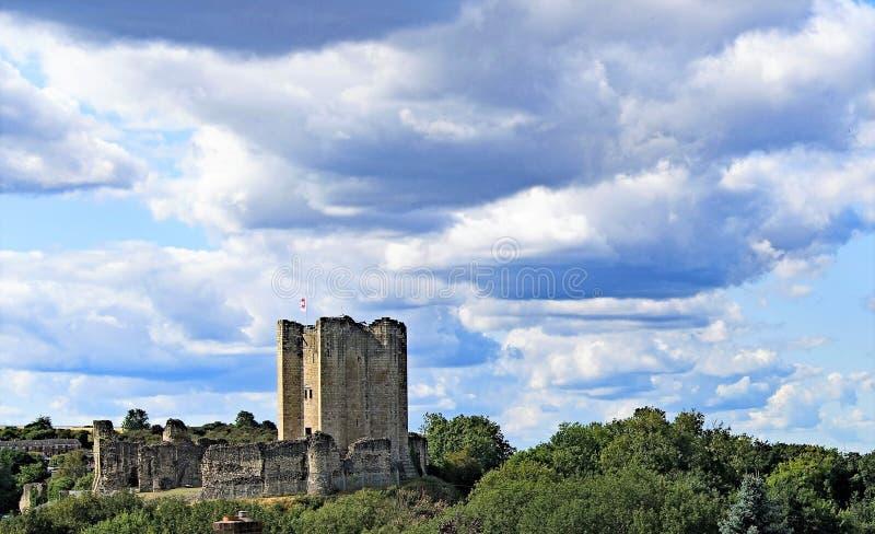 Wolkenversammlung über Conisbrough-Schloss stockfotos