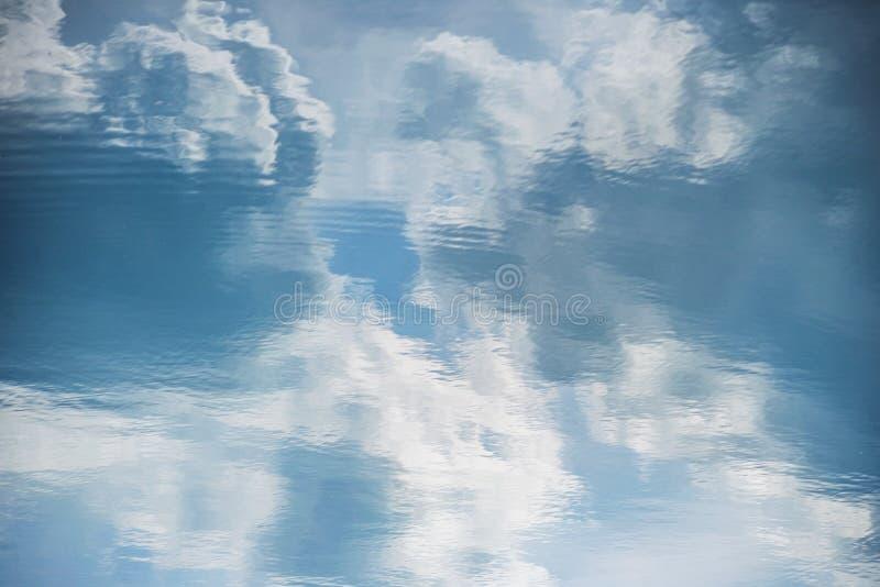 Wolkenwasserreflexion riple Seefluß lizenzfreies stockbild