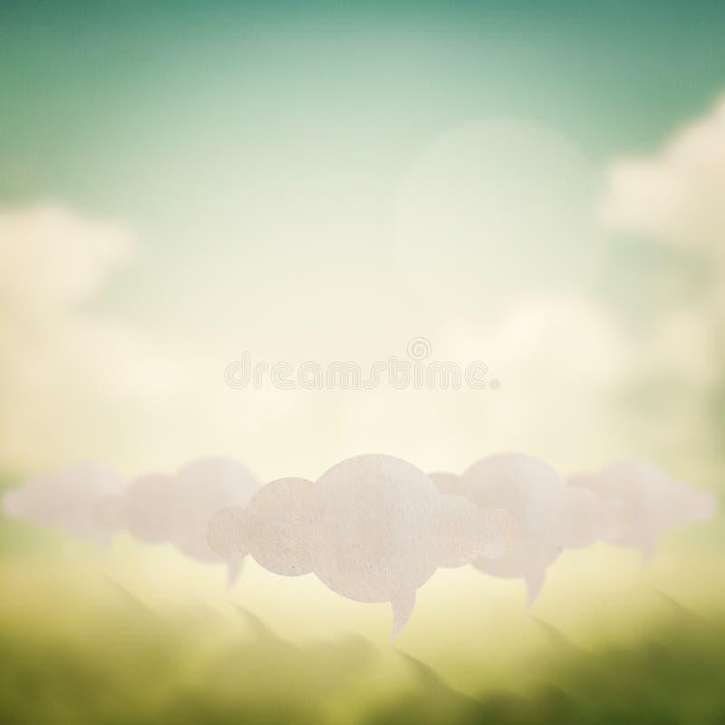 Wolkenzeichen auf Zusammenfassung unscharfem Naturhintergrund lizenzfreies stockbild