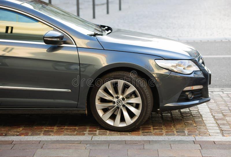 Wolkswagen emisj skandal - Volkswagen Passat parkujący w mieście zdjęcia royalty free