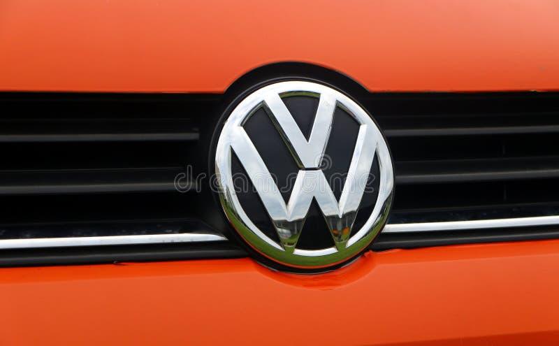 Wolkswagen firmy motorowy emblemat na samochodzie Volkswagen Group jest Niemieckim samochodem zdjęcia stock