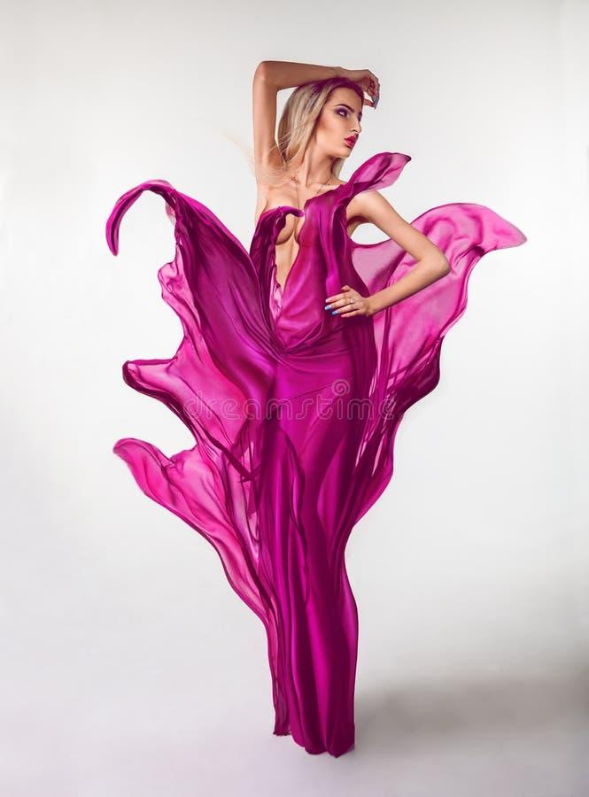 Wollüstige junge Frau mit kreativem rosa Kleid herein lizenzfreie stockfotografie