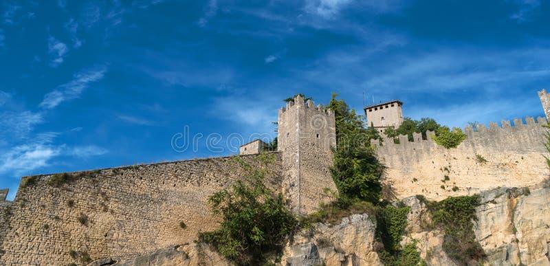 Wollen av den Guaita fästningen är det äldsta och mest berömda tornet på San Marino italy royaltyfri fotografi