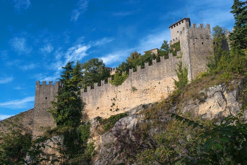 Wollen av den Guaita fästningen är det äldsta och mest berömda tornet på San Marino italy royaltyfri foto