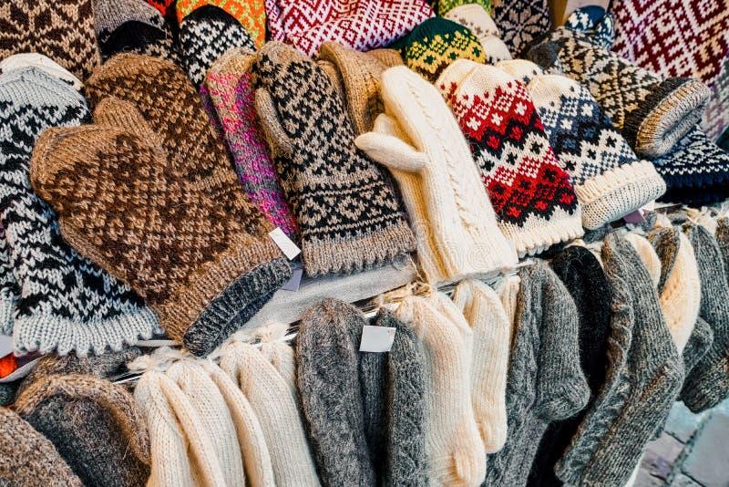 Wollen en warme vuisthandschoenenhandschoenen en sokken bij één van de boxen tijdens de Kerstmismarkt in de winter Riga in Letl stock fotografie