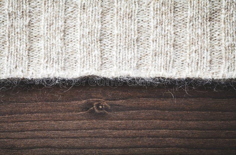 Download Wollestrickjacke auf Holz stockfoto. Bild von kleidung - 27728314