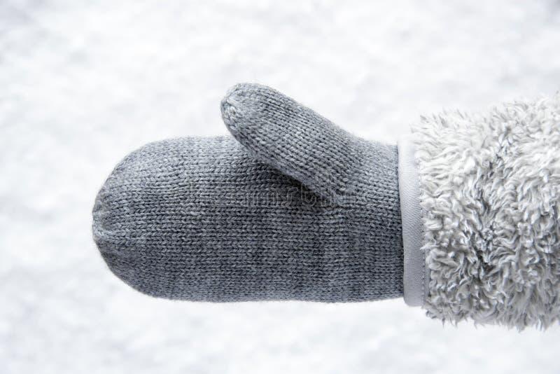 Wollhandschuh mit Vlies, Schnee im Hintergrund stockbild