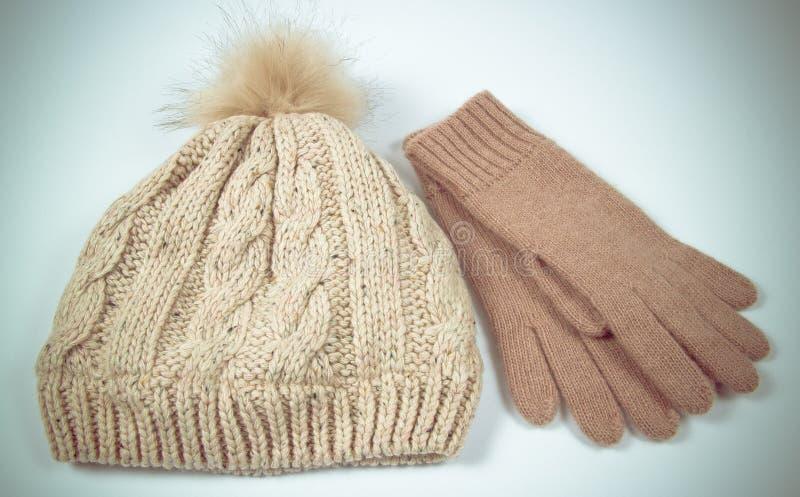 Wollhut und -handschuhe für Winter verwittern auf einem weißen Hintergrund lizenzfreie stockfotografie
