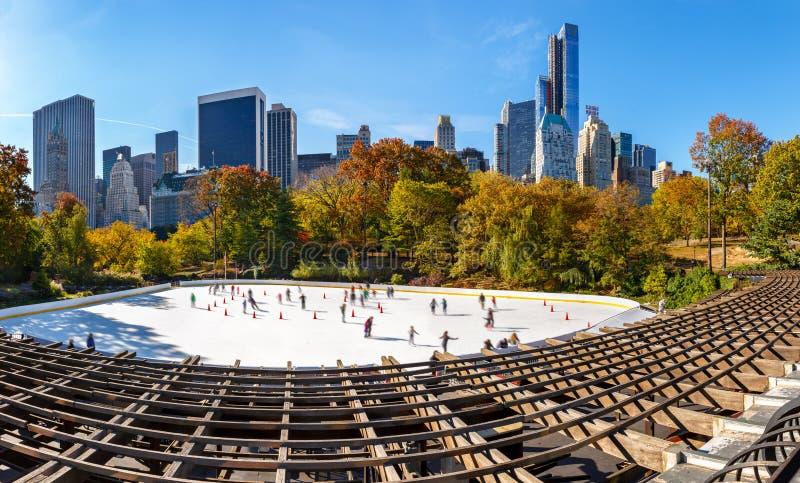 Wollman滑冰场在一个晴朗的早晨在秋天、中央公园南部和曼哈顿中城摩天大楼 城市纽约 库存图片