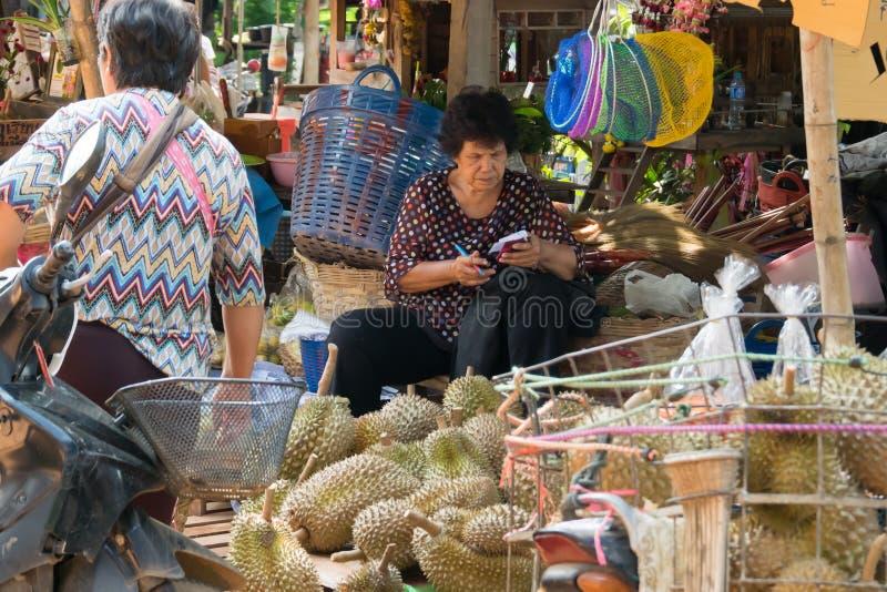Wollongong bönder säljer deras produkter till att köpa för affärsmän Under skördsäsongen Wollongong arkivfoton