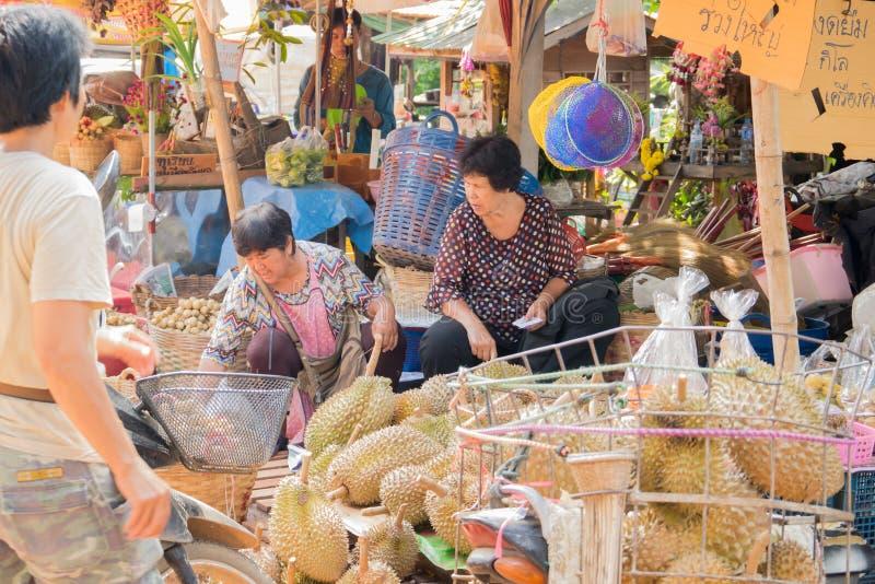 Wollongong bönder säljer deras produkter till att köpa för affärsmän Under skördsäsongen Wollongong arkivbilder