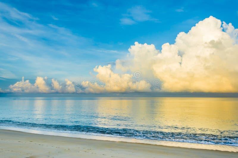 wolnej prędkości żaluzja błękitny morze i chmurny niebieskie niebo fotografia stock