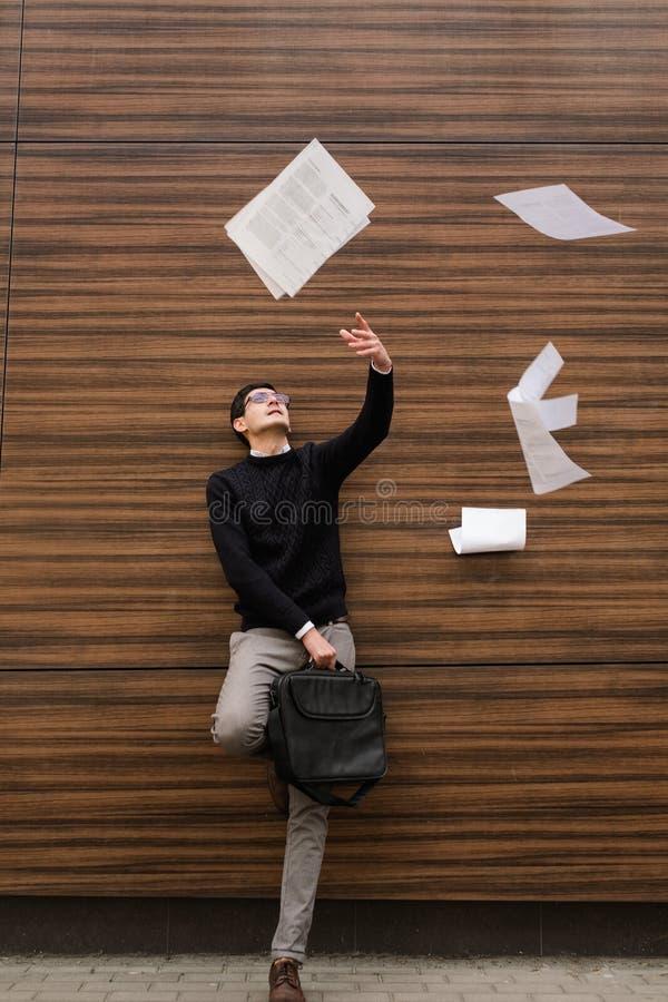 Wolność biznesowego mężczyzna beztroscy papiery wietrzą żadny pracę obrazy royalty free