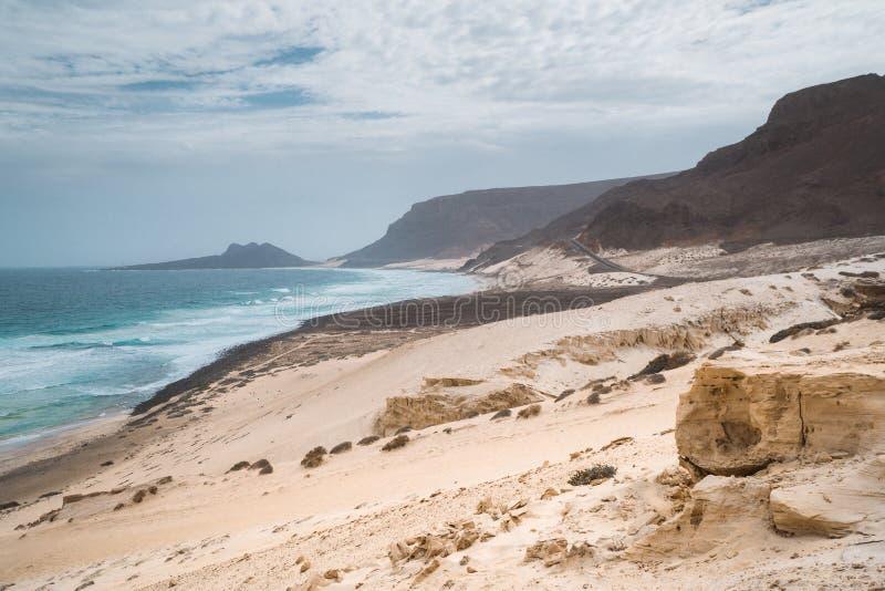 Wolność, przestrzeń, samotność i osamotniona zatoka na wschodniej linii brzegowej Sao Vincente wyspy przylądek Verde, obraz royalty free