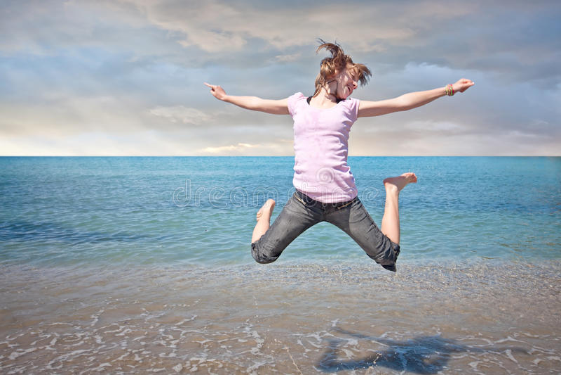 wolności dziewczyna skacze nastoletnią wodę zdjęcia stock