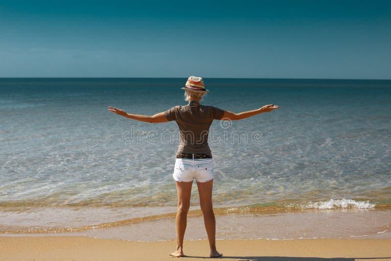 Wolności i szczęścia pojęcie Młoda kobieta na plaży cieszy się zdjęcia stock