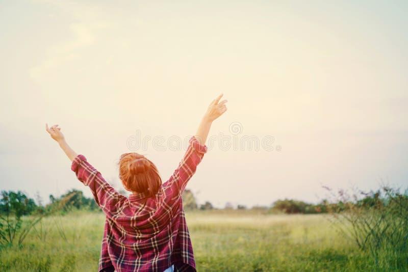 Wolności młoda kobieta rozciąga jej ręki w niebo cieszy się ti zdjęcia royalty free