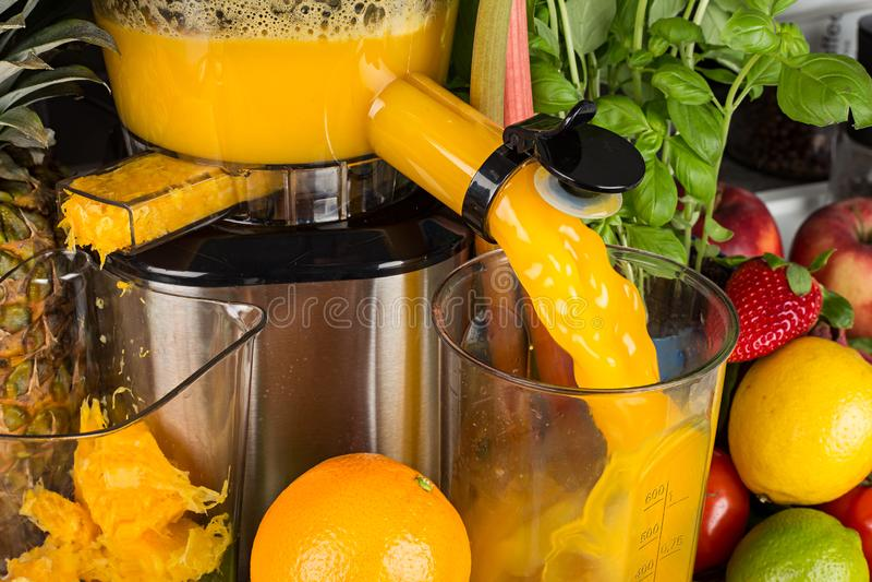 Wolny juicer w kuchni z wiele owoc i warzywo witaminy pomarańczowego soku styl życia pojęcia zdrowy tło obraz royalty free