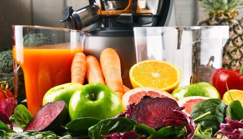 Wolny juicer z organicznie owoc i warzywo obraz royalty free