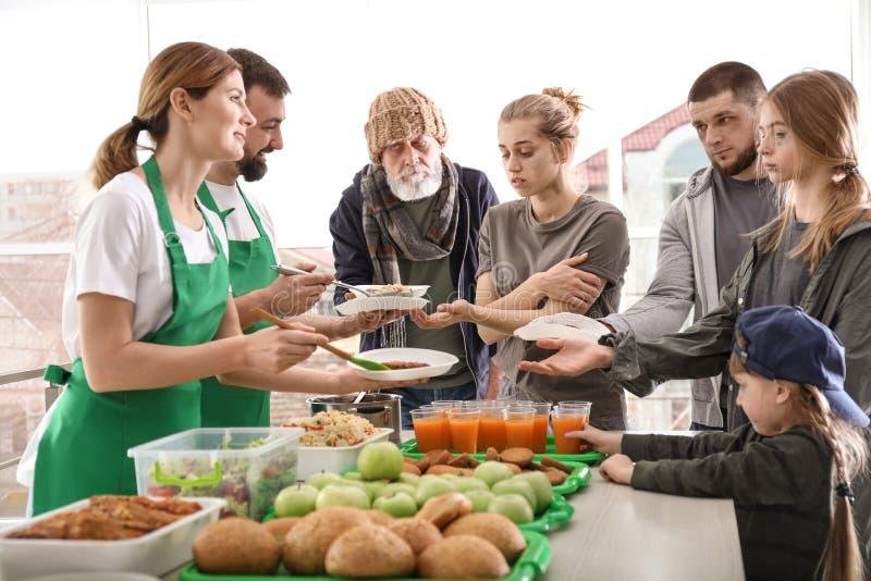 Wolontariuszi daje jedzeniu biedni ludzie obraz royalty free