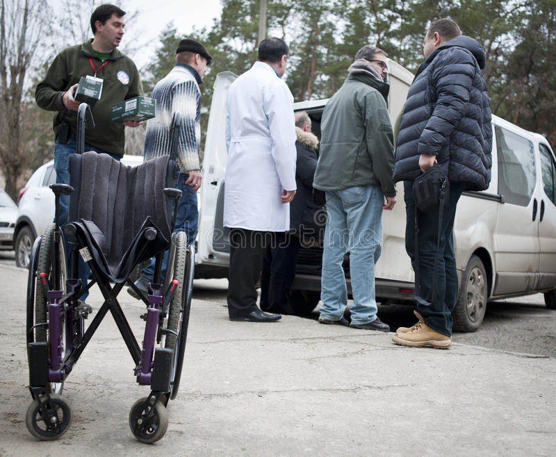 Wolontariuszi przechodzą dalej humanitarną pomoc obraz stock