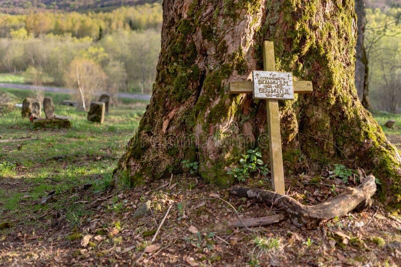 Wolosate, Malopolskie/Πολωνία - 28 Απριλίου, 2019: Παλαιό νεκροταφείο σε ένα χωριό στα βουνά Θέση ενταφιασμών σε ένα μικρό χωριό στοκ φωτογραφία με δικαίωμα ελεύθερης χρήσης