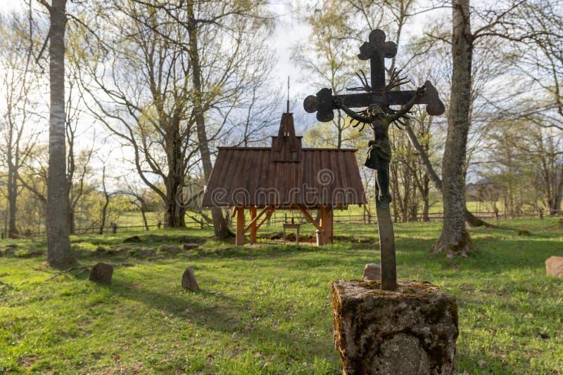 Wolosate Malopolskie, Polska, Kwiecie?,/-, 28, 2019: Stary cmentarz w wiosce w g?rach Grzebalny miejsce w ma?ej wiosce obrazy royalty free