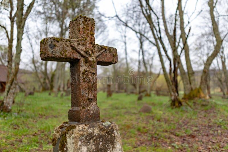 Wolosate Malopolskie, Polska, Kwiecie?,/-, 28, 2019: Stary cmentarz w wiosce w g?rach Grzebalny miejsce w ma?ej wiosce fotografia royalty free
