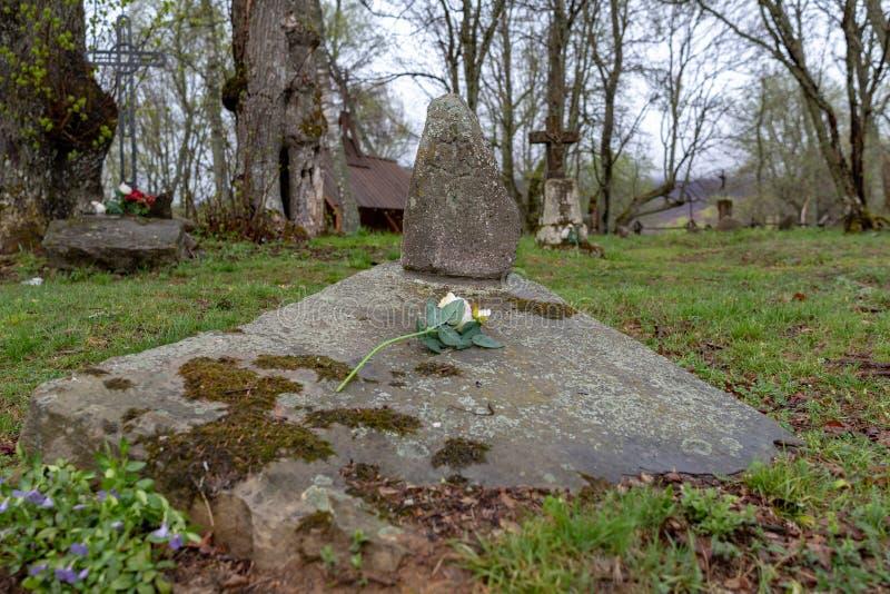Wolosate Malopolskie, Polska, Kwiecie?,/-, 28, 2019: Stary cmentarz w wiosce w g?rach Grzebalny miejsce w ma?ej wiosce zdjęcia royalty free
