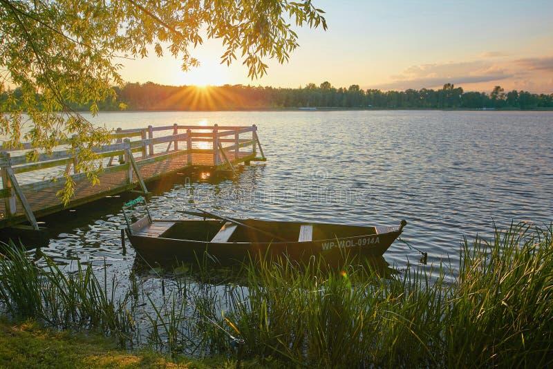 Wolsztyn, POLSKA - 27 2017 Sierpień: Łódź rybacka parkuje w malowniczej lokaci obrazy royalty free