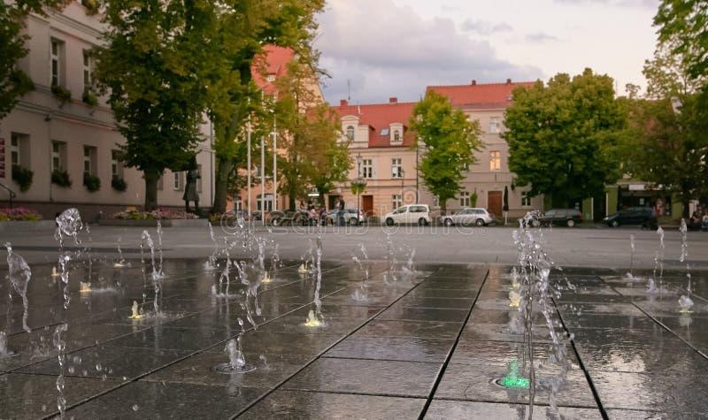 Wolsztyn, POLSKA - 27 2017 Sierpień: Fontanna w Wolsztyn rynku zdjęcie royalty free