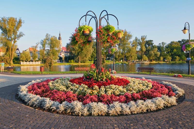 Wolsztyn, POLSKA - 27 2017 Sierpień: Piękny round flowerbed na jeziornym brzeg obrazy stock