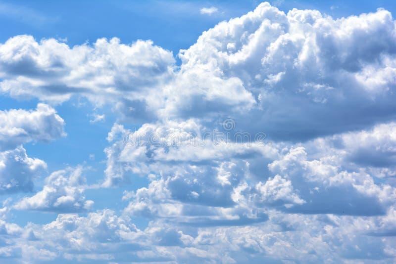Wolumetryczny biel chmurnieje przeciw niebieskiemu niebu Piękny naturalny zjawisko obraz royalty free