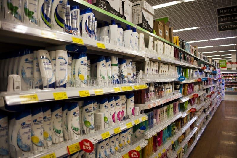 Wolverhampton, reino de Unied, o 16 de junho de 2018 corredor do champô no supermercado Corredor da higiene pessoal em uma loja d fotografia de stock royalty free