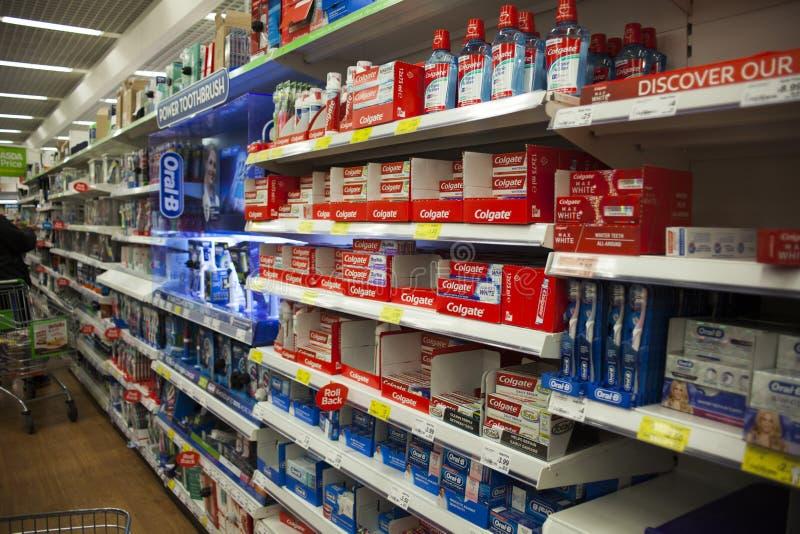 Wolverhampton, Unied-Koninkrijk, JUN 16, de Tandpastadoorgang van 2018 in de supermarkt Tandenborsteldoorgang in een kruideniersw royalty-vrije stock afbeelding