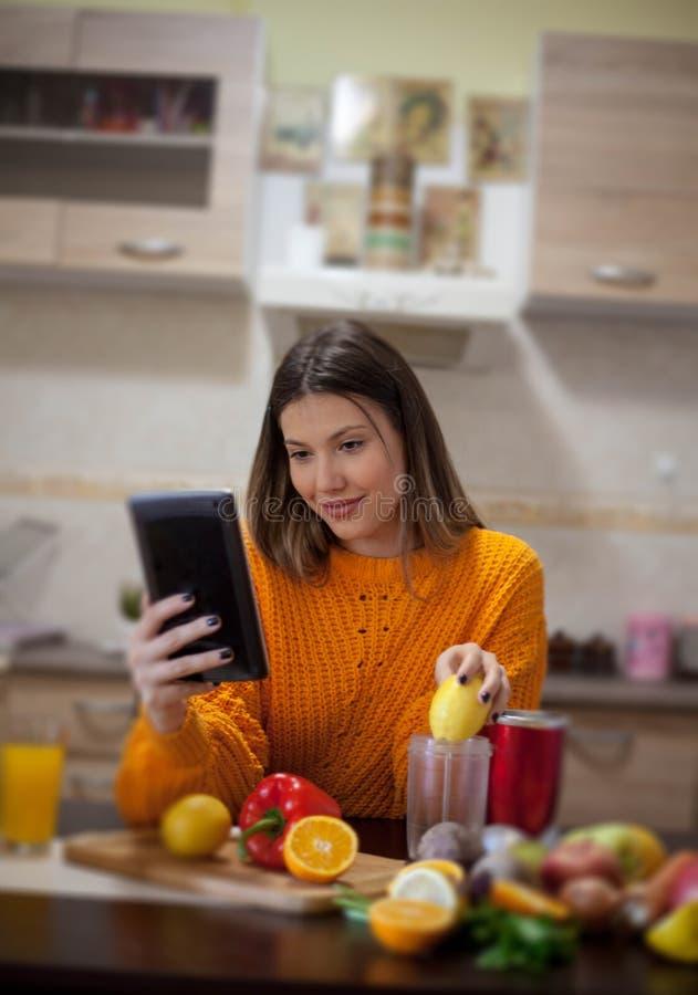 Wom искать рецепт onlin e для еды стоковая фотография rf
