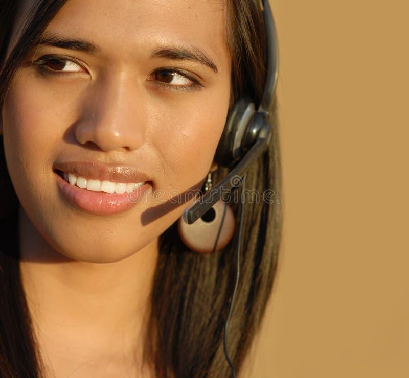 Wom de sorriso atrativo do suporte laboral do telefone fotografia de stock royalty free