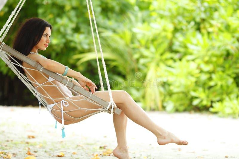 Womain in hammock della spiaggia fotografia stock
