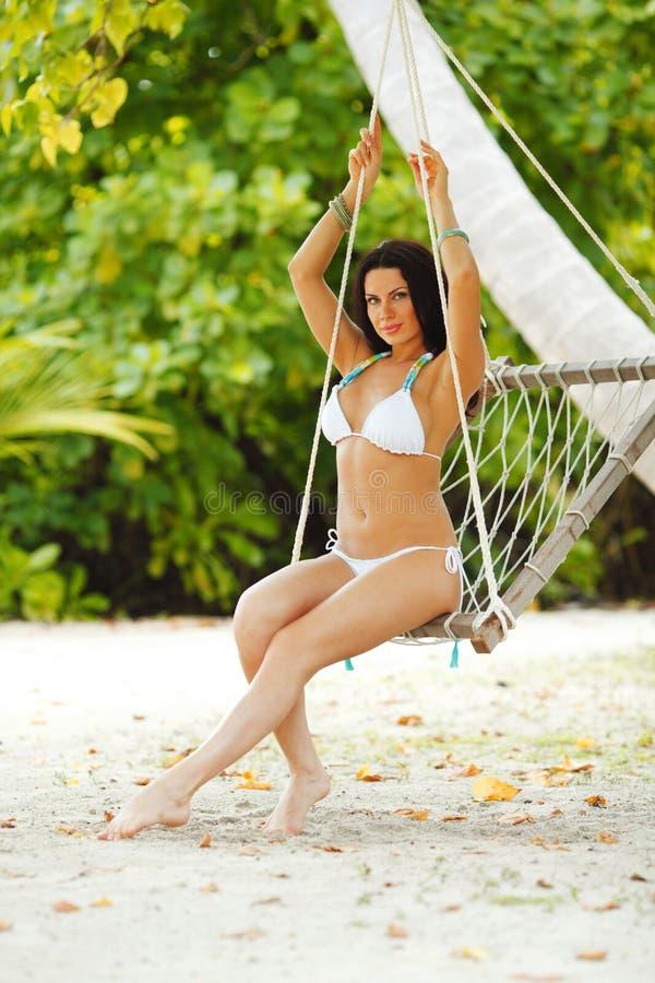 Womain w plażowym hamaku obrazy royalty free